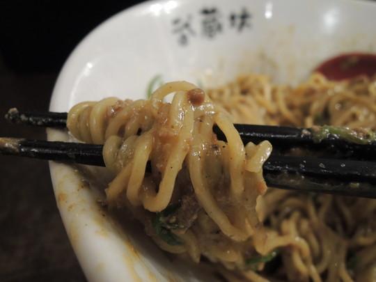 担担麺(濃厚胡麻)2辛の麺