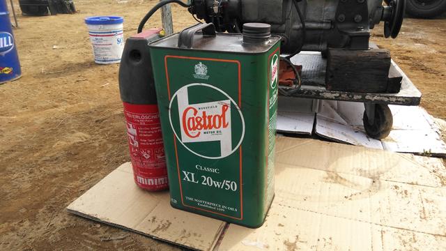 古いカストロールの缶、いいなぁ
