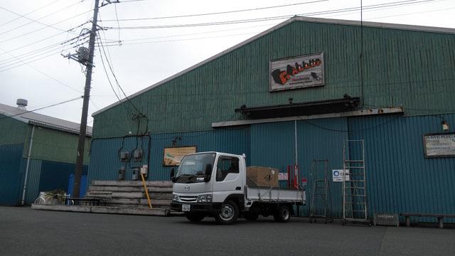 マツダタイタンと倉庫の前