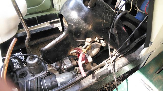ミゼットのエンジンからキャブレターを外して