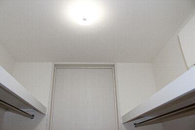 Walk-through_closet_2F_02up.jpg