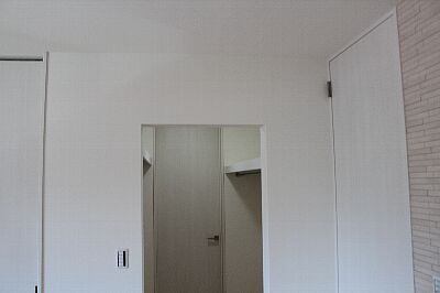 Walk-through_closet_2F_01up.jpg