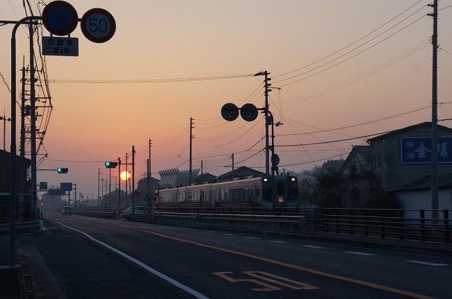 朝日と通勤列車