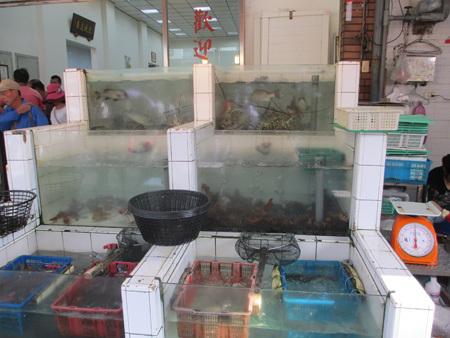 旗津の鮮魚料理店の店頭2
