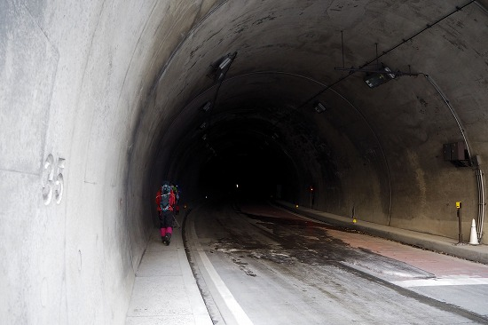 トンネルへ