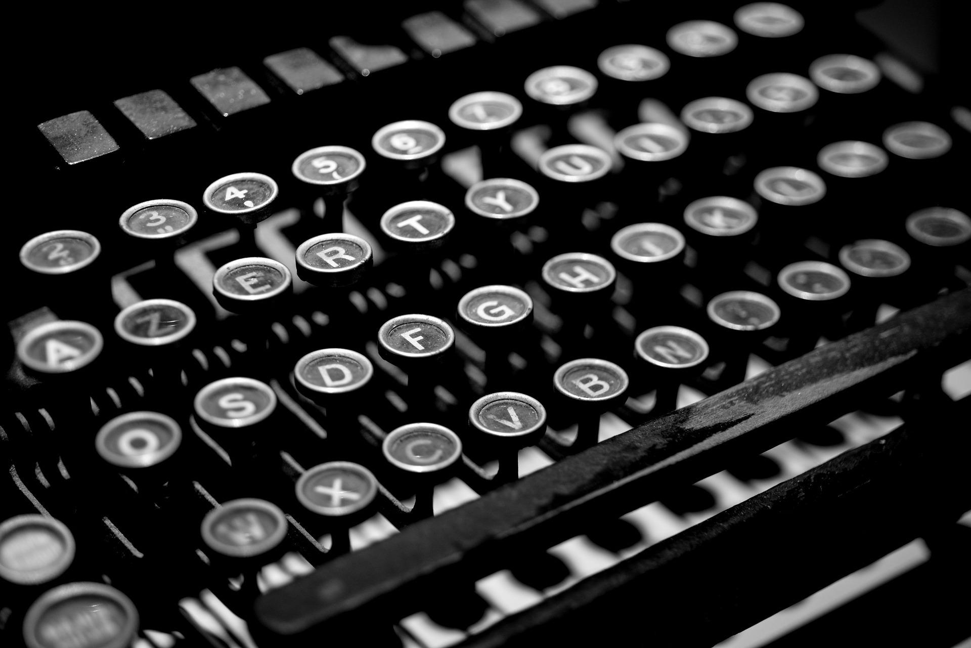 typewriter-2653187_1920.jpg