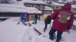 町内会館の屋根雪掘り