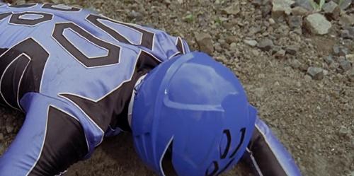 戦隊ヒーロー、ゲキレンジャーのゲキブルーがやられて苦戦、敗北