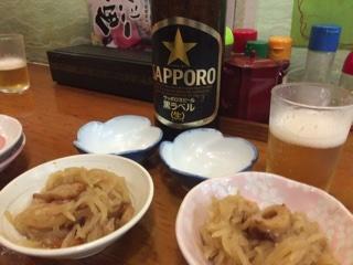 お通しと瓶ビール(サッポロ黒ラベル 大瓶)