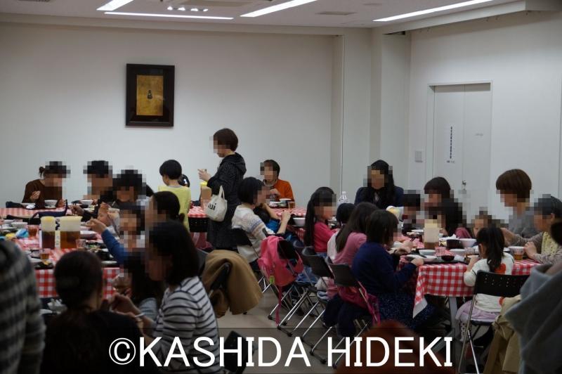 椎名町こども食堂の食事風景