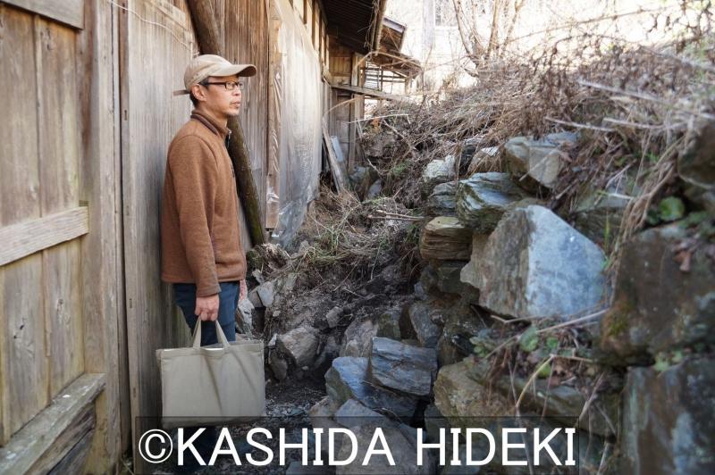 谷口さん宅の石垣が崩れる