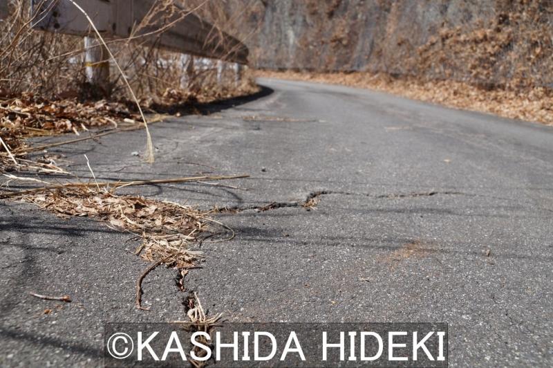 釜沢は地滑り地帯。あちこちの道路にひびが入る