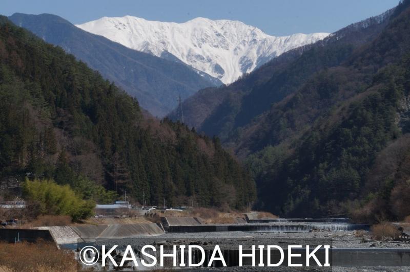 大鹿村から望む赤石岳。