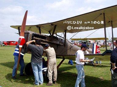 RAF SE5を整備するオジさんたちdownsize
