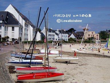 かわいいヨットが並ぶ小さな浜辺downsize