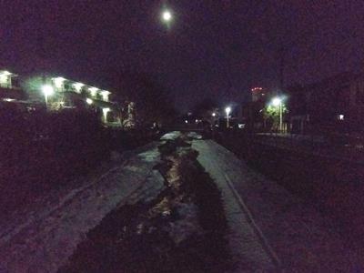 雪の玉川上水と月