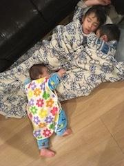 3人団子で寝るの図