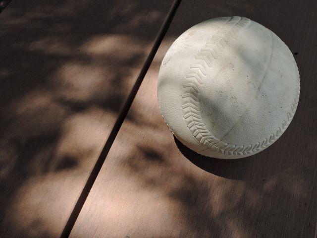 ソフトボールが、野球よりも大きなボールになった理由とは?