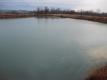 半分融けたため池の氷