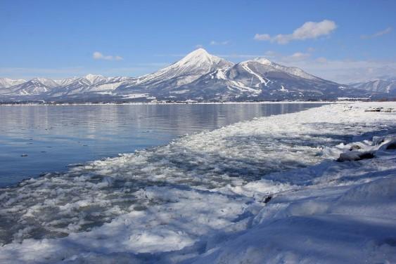 氷る湖岸と磐梯山