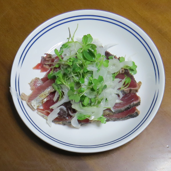 旬野菜料理 カイワレカラシナと新タマネギとマグロ刺身