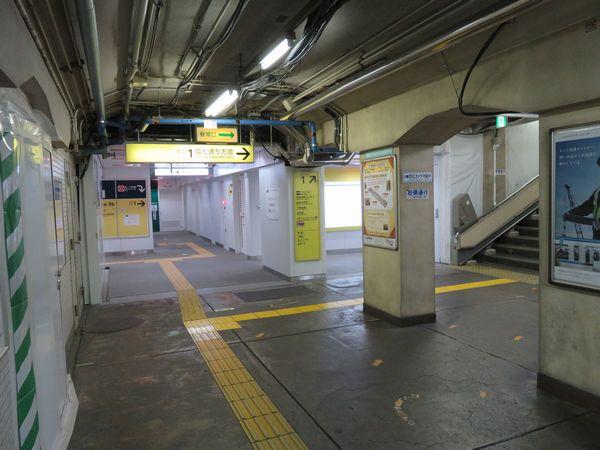 3番出口からの通路は方南町駅の終端に通じる。奥にはトイレが移設された。