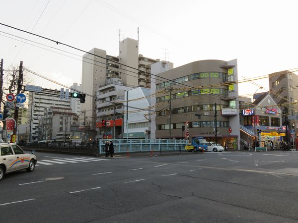 写真中央の屋根が斜めに欠けた白いビルが3番出口