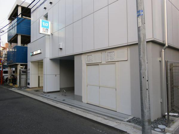 ビル裏側の道路にある3b出口