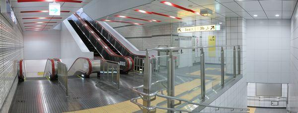 地下1階のエスカレータ・階段踊り場