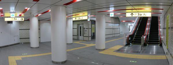 地下2階。エスカレータの裏に駅事務室・お忘れ物取扱い所がある。