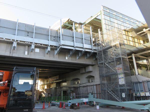 同じ場所の今年1月27日の様子。鋼製桁が電車荷重に耐えられるコンクリート桁に交換された。