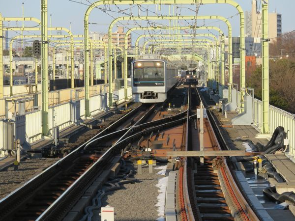 登戸駅ホーム端から多摩川橋梁上の下り線を見る。右の下り緩行線はホーム手前まで敷設済みだった。