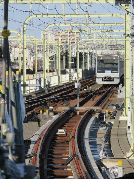 登戸駅のホームやや中央寄りから1番線を見たところ。安全側線として機能していた緩行線をそのまま手前に延長した。