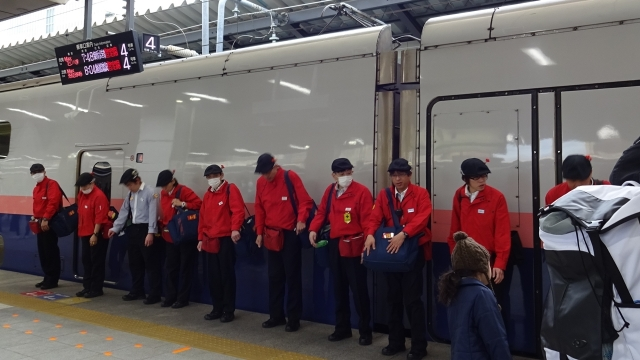 2東京駅で新幹線清掃終了