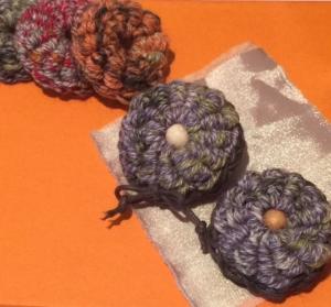 コイル編みのブローチ