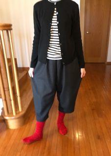 モノトーンコーデに赤い靴下