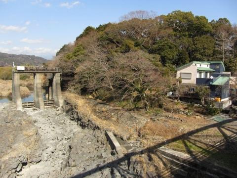 四ヶ郷用水排砂門と水神の森