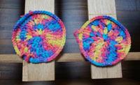 四隅に敷いた編み編みコースター