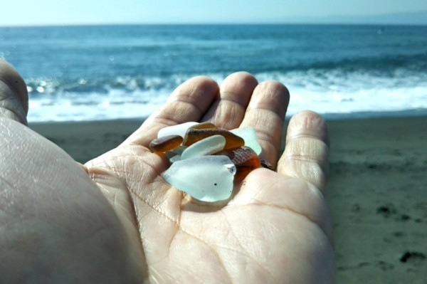 茅ヶ崎の海岸でビーチグラス拾い。