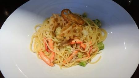 紅ズワイガニとロマネスコのスパゲティ レンコンチップ添え