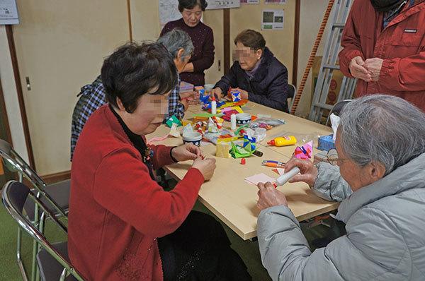 手作り体験コーナーでは、折り紙のおひな様に挑戦中