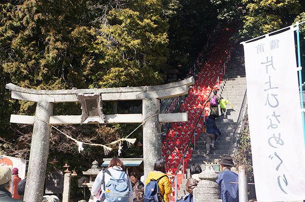 平日に関わらず大勢の方が、宇佐八幡宮のお雛様を見にいらしてます☆