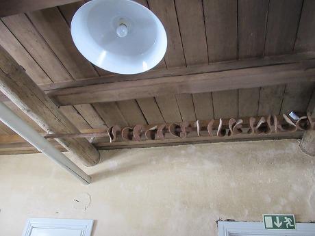 天井のライ麦パン