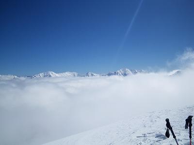雲の向こうに谷川岳