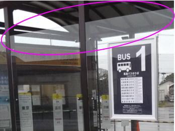 アウトレットのバス停の風よけ