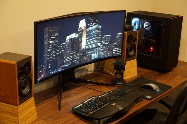 PC_Desk_UltlaWideMonitor27_06.jpg