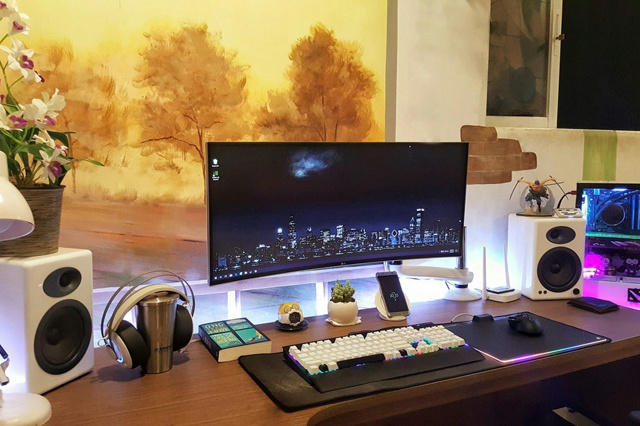 PC_Desk_UltlaWideMonitor27_13.jpg