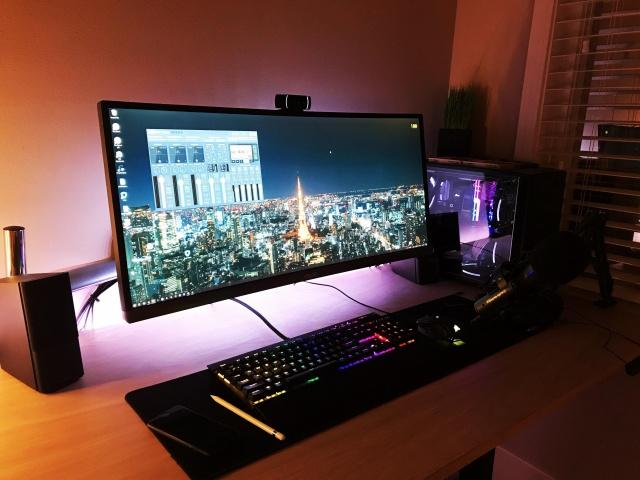 PC_Desk_UltlaWideMonitor28_22.jpg