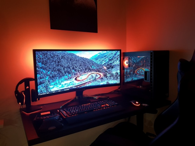 PC_Desk_UltlaWideMonitor28_81.jpg