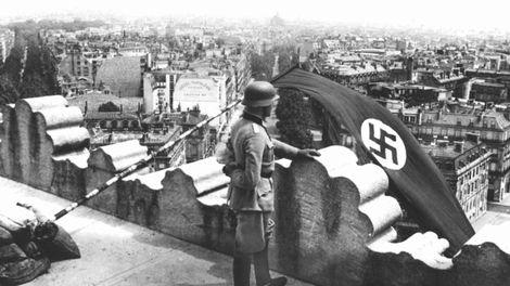 Un drapeau nazi est déployé sur le toit de l'Arc de Triomphe le 14 Juin 1940 alors que la ville tombe mains des Allemands.